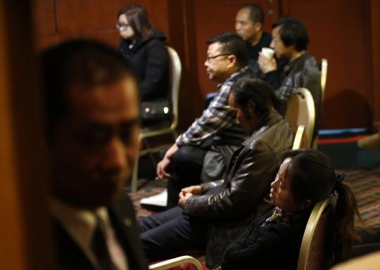 Thân nhân của các hành khách trên chuyến bay MH370 kiệt sức vì chờ tin tại khách sạn ở Bắc Kinh - Trung Quốc hôm 14-3. Ảnh: Reuters