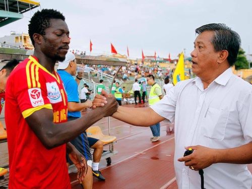 Patiyo (trái), một trong 4 cầu thủ gốc nước ngoài gởi đơn khiếu nại đòi đội Hùng Vương An Giang trả nợ  Ảnh: Hải Anh