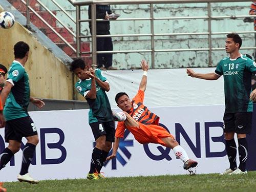 Ở CLB V. Ninh Bình, hậu vệ trẻ Quang Hùng (thứ hai từ phải sang) được yêu mến vì chơi xông xáo nhưng không ai ngờ anh lại bị cuốn vào vòng xoáy làm độ Ảnh: Hải Anh