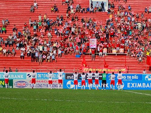 Cầu thủ Đồng Nai cảm ơn người hâm mộ sau trận thắng SHB Đà Nẵng 2-1 Ảnh: XUÂN HOÀNG