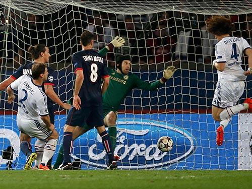 Pha đá phản lưới nhà của Luiz (4) rạng sáng 3-4Ảnh: REUTERS