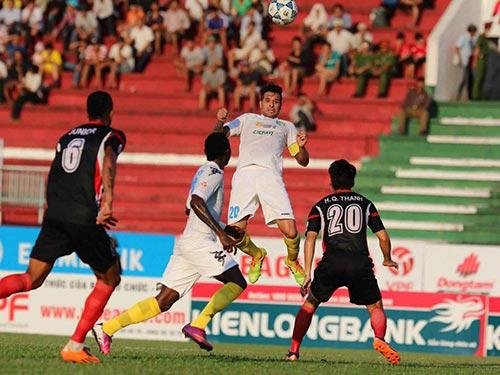 Bộ đôi Samson (thứ hai từ trái sang) và Gonzalo góp 5/6 bàn thắng cho Hà Nội T&T Ảnh: QUANG LIÊM