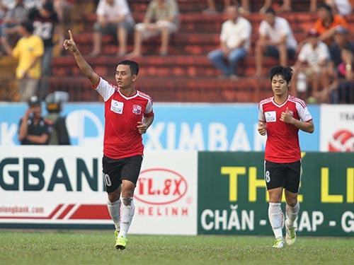 Hữu Phát (trái) và Kiên Trung là 2 trong số 6 cầu thủ Đồng Nai vừa bị bắt giam tại Hà Nội vì cá độ và tham gia dàn xếp tỉ số trận thua Than Quảng Ninh 3-5 Ảnh: QUANG LIÊM