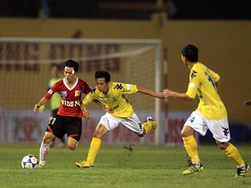 V.Ninh Bình của Mạnh Dũng (trái) từng thắng Hà Nội T&T của Văn Quyết 1-0 trên sân nhà tại V-League 2013 Ảnh: Hải Anh