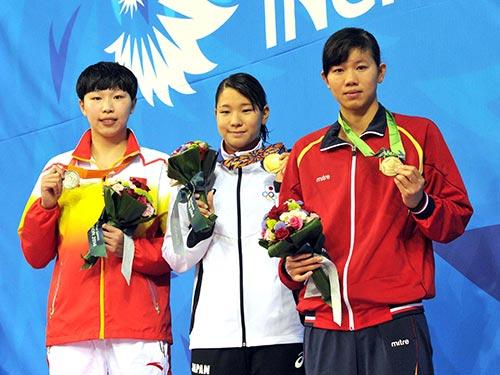 Ánh Viên (bìa phải), giành 2 HCĐ, đáng được khen thưởng vì những nỗ lực giúp bơi lội Việt Nam tiếp cận thành tích châu lục Ảnh: REUTERS