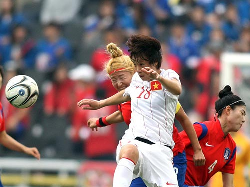 Minh Nguyệt (18) trong pha uy hiếp khung thành đội Hàn Quốc ở hiệp 1 Ảnh: HẢI ANH