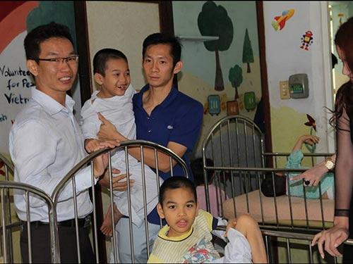 Tiến Minh thăm trẻ em khuyết tật ở Trung tâm Nuôi dưỡng Bảo trợ trẻ tàn tật, mồ côi Thị Nghè Ảnh: ĐẮC LONG