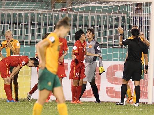 """Tiền vệ Lê Thị Thương phản ứng với trọng tài Thái Lan sau quyết định thổi phạt """"nặng tay"""" dẫn đến bàn thua Ảnh: QUANG LIÊM"""
