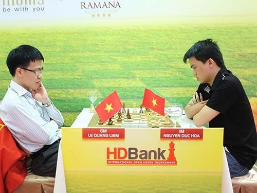 Thua Quang Liêm ở ván 5 tối 12-3, Đức Hòa (phải) tụt xuống hạng 3 Ảnh: MINH TÚ