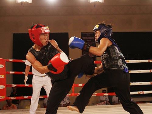 Đương kim vô địch Trương Văn Đến (trái) tiếp tục thể hiện sức mạnh ở hạng cân 51 kg