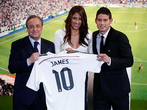 Tân binh James Rodriguez và vợ trong ngày ra mắt tại CLB Real Madrid rạng sáng 23-7. Anh sẽ hội quân với Real tại Mỹ từ ngày 1-8 Ảnh: REUTERS