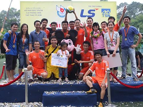 Báo Người Lao Động mừng hạng ba Giải Bóng đá Hội Nhà báo TP HCM 2014 Ảnh: QUANG LIÊM