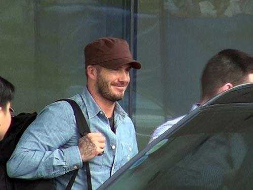 Beckham sau khi làm xong thủ tục và chuẩn bị rời sân bay Tân Sơn Nhất