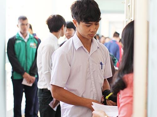 Tiền đạo Công Phượng và một số cầu thủ Học viện Arsenal-HAGL JMG làm thủ tục trước đợt thi tốt nghiệp THPT đầu tháng 6-2014 Ảnh: Quang Liêm