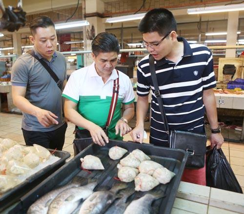 Ông Lưu Nguyễn Quang Khải (giữa) và các đầu bếp do NutiFood tài trợ đi chợ Brunei mua thực phẩm cho U19 Việt Nam