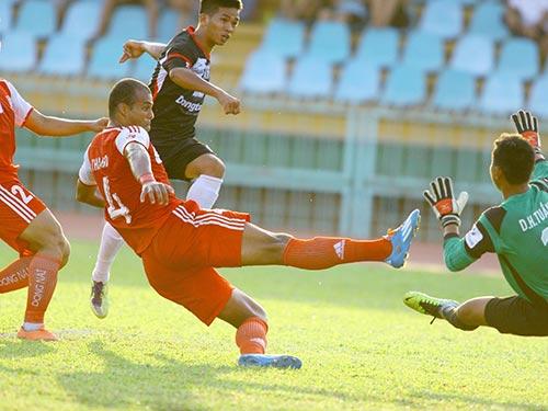 Hàng thủ Đồng Nai cản pha dứt điểm của đội ĐTLA trong trận 2 đội hòa 1-1 trên sân Long An chiều 15-3 Ảnh: Dương Thu