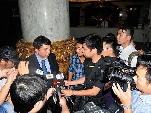 Tổng Thư ký VFF Lê Hoài Anh trả lời báo chí sau cuộc gặp với lãnh đạo CLB V. Ninh Bình Ảnh: MẠNH DUY