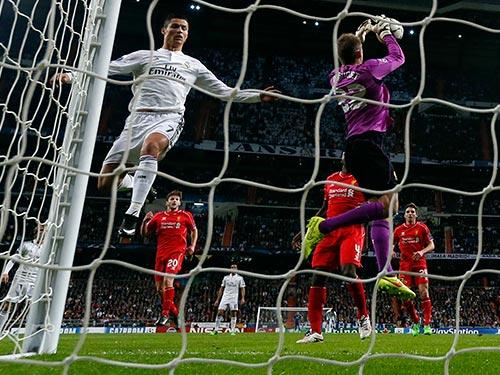"""Hàng thủ Liverpool may mắn chỉ để lọt lưới 1 bàn khi C.Ronaldo """"tịt ngòi"""" rạng sáng 5-11. Ảnh: REUTERS"""