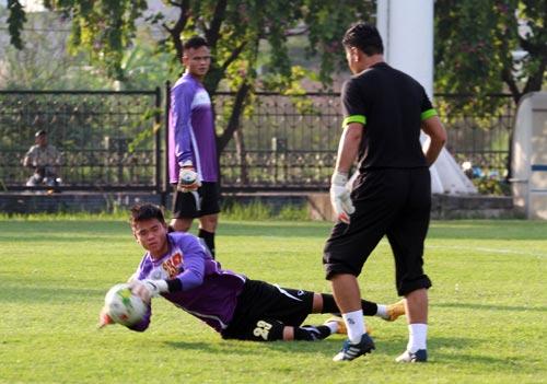 Thủ môn Nguyên Mạnh (23) và Thanh Bình sẽ được tập nhiều khi tuyển Việt Nam sắp đối đầu với đội Philippines Ảnh: QUANG LIÊM