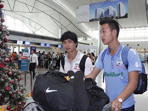Công Phượng (trái) cùng đội HAGL lên đường sang Thái Lan ngày 18-12 Ảnh: MINH NGỌC