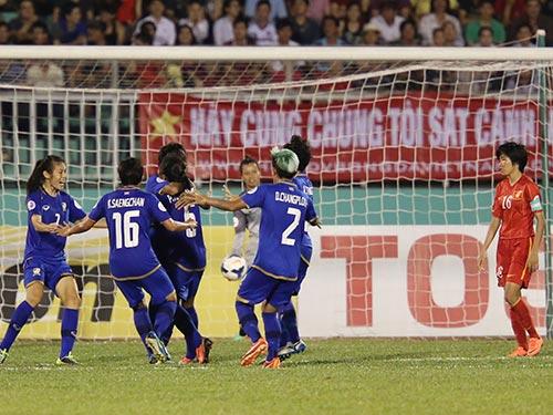 Không vượt qua chính mình, Lê Thị Thương (16) và đồng đội để vuột chiếc vé dự World Cup ngay trên sân nhà Ảnh: QUANG LIÊM