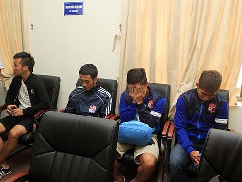 Tiền vệ đội trưởng Phạm Hữu Phát của Đồng Nai (thứ hai từ trái sang) và 5 đồng đội đối mặt thêm tội danh nhận hối lộ Ảnh: HẢI ANH