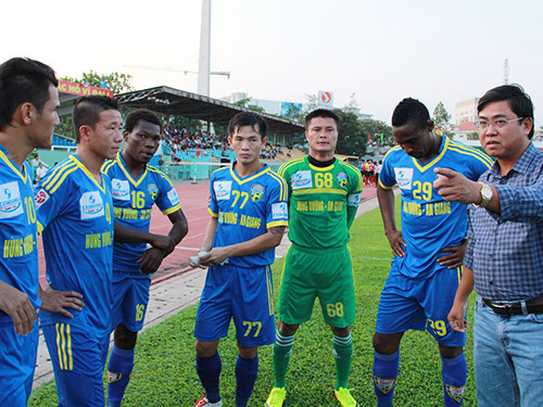 HLV Nhan Thiện Nhân (bìa phải) và cầu thủ HV An Giang đang hồi hộp chờ quyết định của lãnh đạo CLB có tiếp tục dự V-League 2014 hay không Ảnh: MINH NGỌC