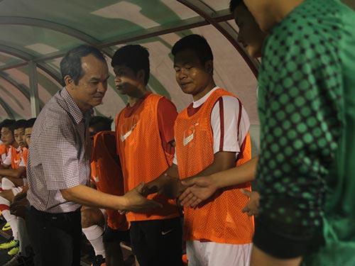Bầu Đức động viên các tuyển thủ U19 Việt Nam tại Cúp NutiFood 2014 vừa kết thúc cuối tuần trước  Ảnh: Quang Liêm