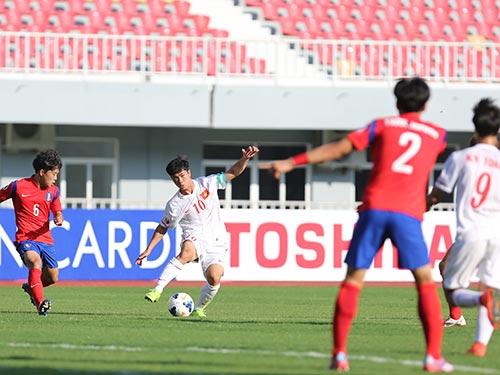 Công Phượng (10) quyết tâm cùng đồng đội chơi tốt sau trận thua đậm U19 Hàn Quốc Ảnh: ĐỨC ANH
