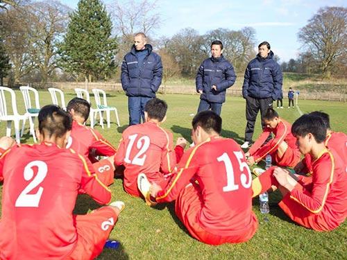 Đội U19 Việt Nam sau trận thua U19 Tottenham Ảnh: PHAN ĐÀO