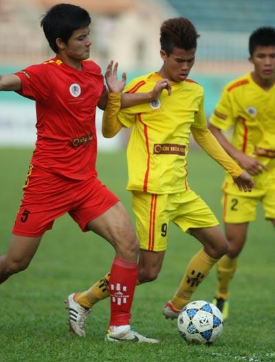 Trung vệ Hoàng Văn Khánh (trái) có điều kiện trở lại U19 Việt Nam sau khi thi đấu tốt ở giải U19 quốc giaẢnh: MINH TRẦN