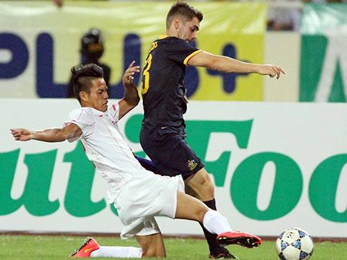 Văn Sơn (trái) và đồng đội đủ sức mạnh, tốc độ, sức bền trong trận thắng U19 Úc 1-0 Ảnh: HẢI ANH