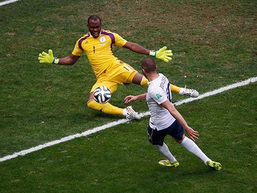 Benzema chơi kém hiệu quả trong trận Pháp thắng Nigeria 2-0 vào tối 30-6 Ảnh: REUTERS