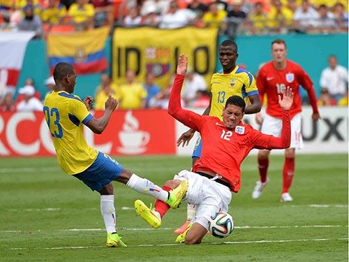 Trung vệ Smalling (phải) không tạo được sự an tâm trong trận giao hữu Anh hòa Ecuador 2-2Ảnh: REUTERS