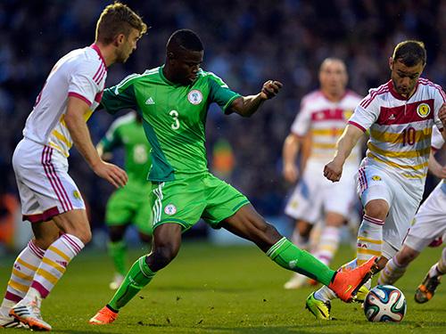 Echiejile (3) của Nigeria, đội bị nghi ngờ tham gia dàn xếp tỉ số khi tung đội hình trẻ ở trận hòa chủ nhà Scotland 2-2 giữa tuần qua. Thủ môn Nigeria có pha xử lý dẫn đến bàn thua đáng ngờẢnh: REUTERS