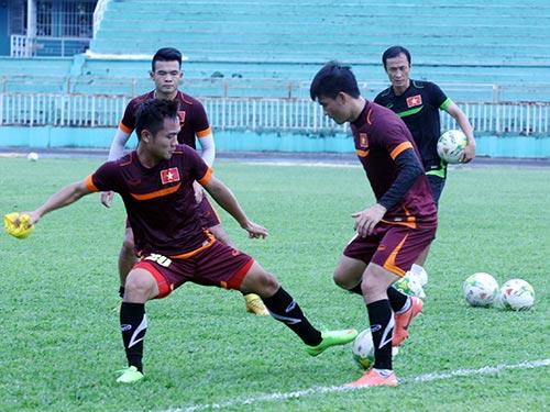 Tiền đạo Công Vinh (phải) tranh bóng với Thanh Trung trong buổi tập sáng 3-12 trên sân Thống Nhất Ảnh: ĐÀO TÙNG
