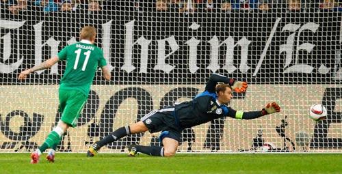 Thủ môn Neuer bất lực trong pha gỡ hòa của đội Ireland ở phút bù giờ Ảnh: REUTERS
