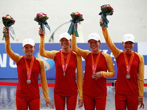 Đội đua thuyền nữ Việt Nam giành HCB. Từ trái sang: Lê Thị An, Phạm Thị Huệ, Phạm Thị Thảo  và Phạm Thị Hài Ảnh: REUTERS
