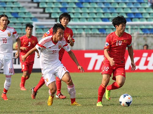 Công Phượng (10) bỏ lỡ cơ hội ở phút 84 giúp U19 Việt Nam nâng cao cách biệt. Ảnh: ĐỨC ANH