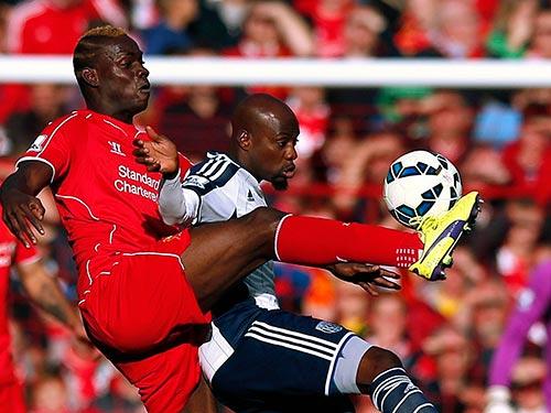 Balotelli (trái) cần sớm lấy lại phong độ nếu không sẽ trở thành nỗi thất vọng lớn với CĐV Liverpool Ảnh: REUTERS