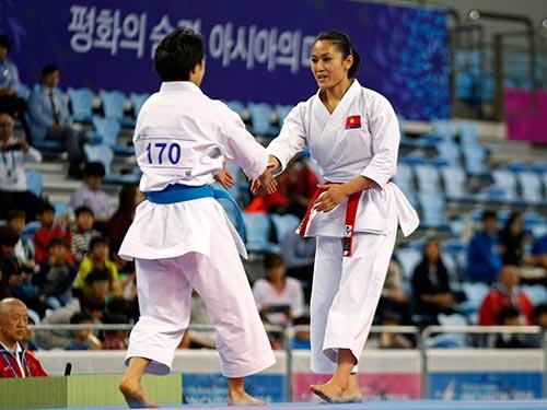 Nguyễn Hoàng Ngân (phải) giành HCB biểu diễn quyền karatedo nhưng môn này không được giới võ thuật xem trọng khi không có trong chương trình thi đấu Olympic Ảnh: REUTERS