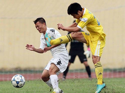 Các trận đấu giữa Hà Nội T&T của Thành Lương (trái) và SLNA đều rất căng thẳng, đặc biệt trên sân Vinh  Ảnh: Hải Anh