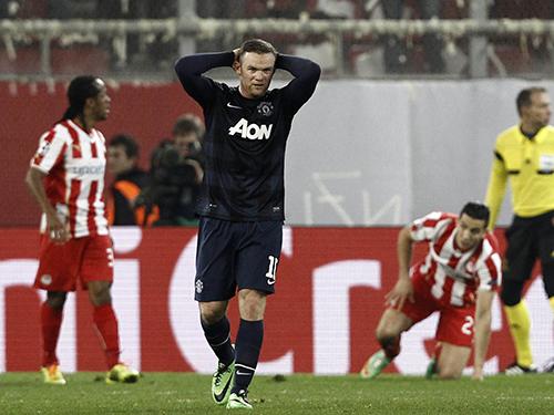 Rooney thất vọng, hình ảnh tiêu biểu của M.U rạng sáng 26-2 Ảnh: REUTERS