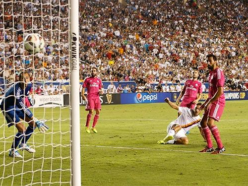 Hàng thủ Real Madrid sững sờ trước pha dứt điểm ghi bàn của Totti cho Roma  Ảnh: REUTERS