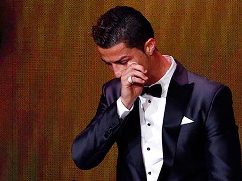 Ronaldo khóc trong lúc phát biểu cảm nghĩ sau khi được chọn là Cầu thủ xuất sắc nhất thế giới 2013 Ảnh: REUTERS