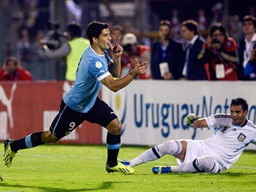 Suarez (trái) góp công lớn giúp Uruguay giành quyền tham dự VCK World Cup 2014 Ảnh: REUTERS