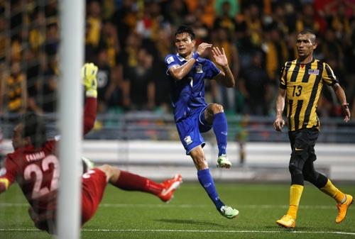 Kraisorn (giữa) trong pha ghi bàn quyết định ở phút 90+5 cho Thái Lan Ảnh: REUTERS