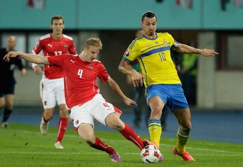 Thụy Điển đang hồi hộp chờ tiền đạo đội trưởng Ibrahimovic (10) kịp bình phục trước trận gặp Nga Ảnh: REUTERS