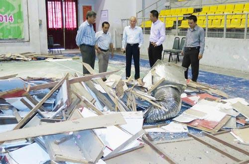 Ông Phan Nguyễn Như Khuê (giữa) khảo sát hiện trường vụ sập một phần trần Nhà Thi đấu Phan Đình Phùng  Ảnh: QUANG LIÊM