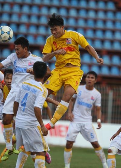 Văn Thành (9) đánh đầu mở tỉ số cho U21 Hà Nội T&T